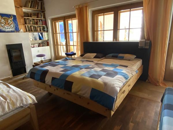 Zirbenbett mit Polsterkopfhaupt im Bettenstudio Tirolernaturschlaf