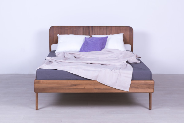 Bett in Nussbaum massiv